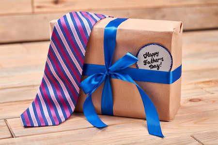 lazo regalo: Regalo, lazo y tarjeta del padre. corbata a rayas en el cuadro actual. Mejor calidad de los regalos para los papás. Foto de archivo