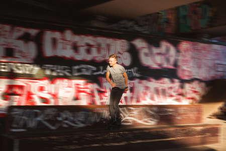 patinaje joven. Rollerblader cercana de la pintada. No tiene miedo de la velocidad. Foto de archivo