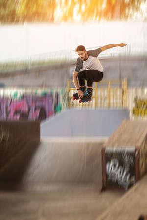 롤러 블레이더가 점프하고 있습니다. 롤러 스케이팅 흐린 배경입니다. 중력의 법칙을 무시하십시오.