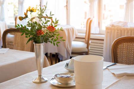 servicios publicos: Flores en la mesa de comedor. establecimiento de comida interior. comida sabrosa y servicio de calidad. Foto de archivo