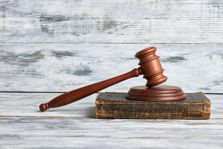 Mazo de la ley en la superficie de madera. La justicia prevalecerá. Foto de archivo