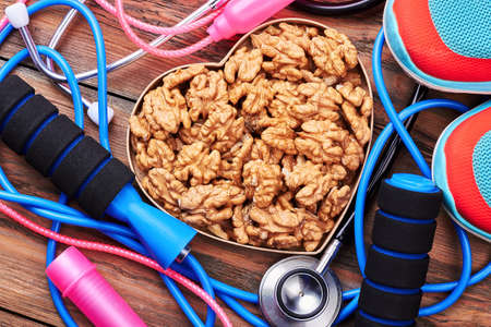 saltar: Stethoscope, walnuts, sneakers, jump rope. Healthy lifestyle as a therapy.