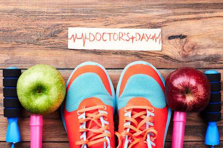 saltar: Apples, sport shoes and card. Medical national holiday. Foto de archivo