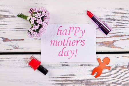 립스틱, 꽃 및 인사말 카드입니다. 어머니를 축하해주세요.