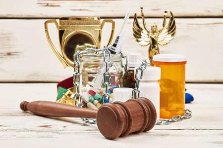 チェーン、丸薬、ハンマー、賞を受賞。ドーピング スキャンダルと評決。 写真素材