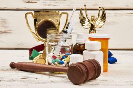 薬、賞、ハンマー。スポーツと法でドーピング。