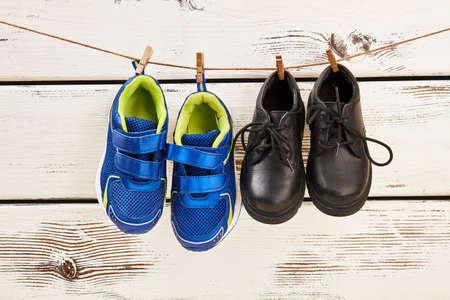 Schoenen die op de waslijn hangen. Hoe nat schoenen drogen. Stockfoto