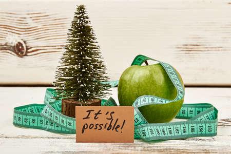 モミの木と木の上のリンゴ。新しい年、新しいアイデア。 写真素材