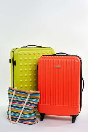 Zomertijd koffers, witte achtergrond. Vrouwen kleurrijke handtas, heldere koffers.