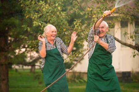 屋外の陽気な人々。ガーデン ・ ホースをカップルします。 写真素材