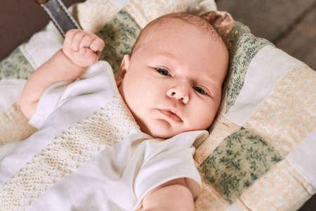 psicologia infantil: Mira de un niño pequeño. Adorable bebé. Nuestra esperanza y nuestro futuro.