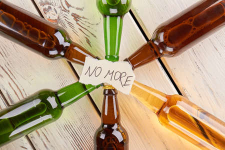 Draufsicht von Mitteilung und von Flaschen . Bunte Glasflaschen mit Aufschrift kein mehr Standard-Bild - 82226926