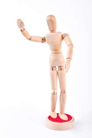 marioneta de madera: Maniquí de madera que muestra gesto de saludo. El maniquí de madera humano está saludando con la situación de la mano en el fondo blanco.