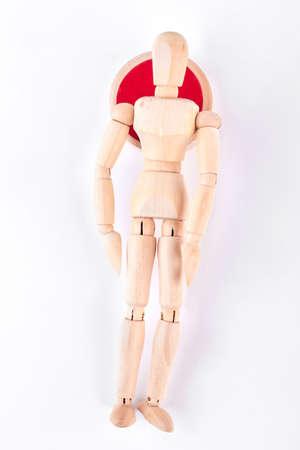 marioneta de madera: Mentira de madera de mentira, visión superior. Maniquí de madera que miente en el fondo blanco. Enfermedad y concepto de enfermedad. Foto de archivo
