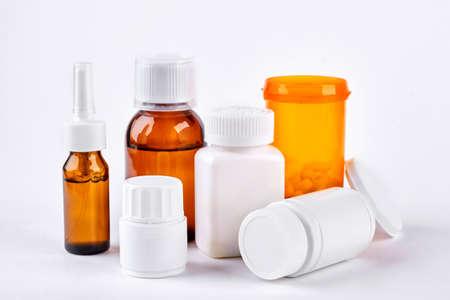 Medicina tradicional para tratar la gripe Medicamentos y líquidos médicos en botellas para tratamiento en frío. Concepto de medicina, cuidado de la salud y medicamentos. Foto de archivo