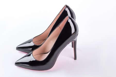 Klassieke zwarte schoenen voor dames. Elegante schoenen met hoge hakken die op witte achtergrond worden geïsoleerd. Damesmode schoenen.