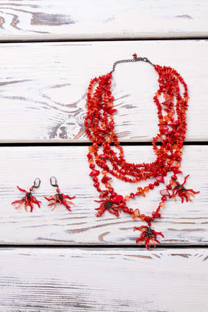 Little red beads jewelry. Necklace with polished stones. Imagens - 97421810