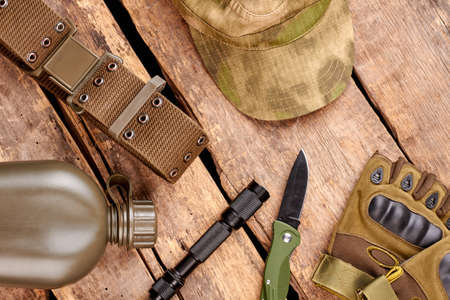 Set of military clothes and equipment on wooden background. Flat lay, top view. Stockfoto