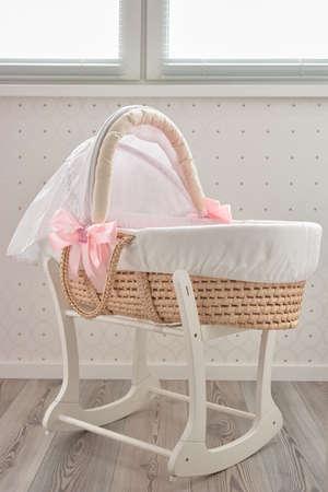 Wiegenlied Babykorb Bett. Modisches Mosesbett für Neugeborene in Innenräumen. Standard-Bild