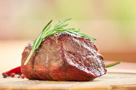 Pice of roasted beef on table closeup. Roasted beef and side dish. Banque d'images - 115586451