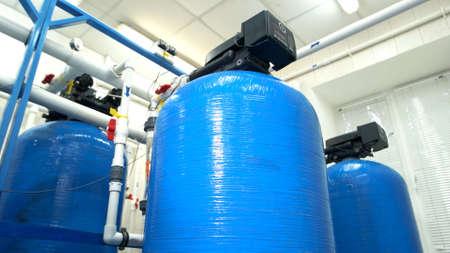 Filtros de agua en la planta. Tanques y tuberías. Equipo renovado en fábrica. Tecnologías modernas de depuración de agua.