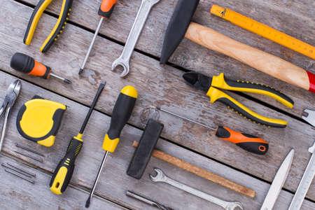 Surtido de herramientas para carpintería, carpintería o construcción. Antecedentes de los instrumentos de construcción. Equipo para la construcción.