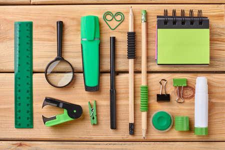 Lugar de trabajo con diversos suministros de papelería. Objetos de papelería sobre fondo de madera. Concepto de trabajo y educación. Foto de archivo