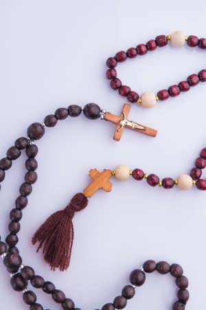 Collares de rosario con cruces de madera. Aislado en blanco.