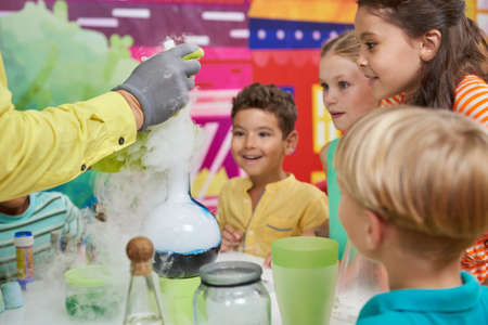 Liquid nitrogen show for kids. Chemical show program for children. Happy kids in amusement park indoor. Banque d'images