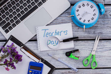 Teacher's day concept flat lay. Accessories for learning and studying on white wooden table. Standard-Bild