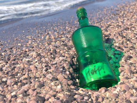 mundo contaminado: basura en la playa del mar concepto ecol�gico fondo Foto de archivo