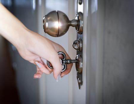 wood door: femme qui ouvre la composition conceptuelle porte la main