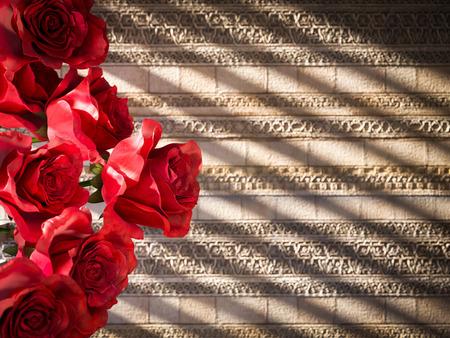 rosas rojas: rosas rojas en la pared antigua decorativa del fondo del concepto