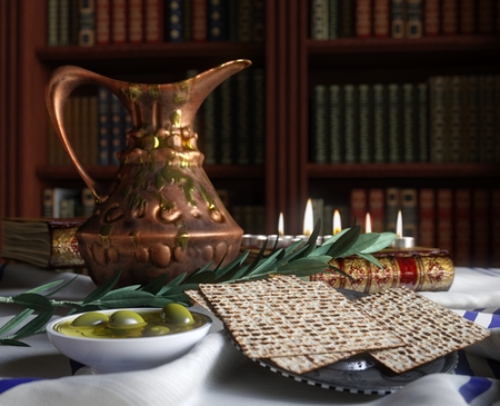 högtider: Jewish fira pesach påsk med böcker, oliv och kanna