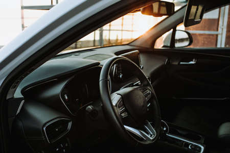 Luxury car interior - steering wheel, shift lever and dashboard Stockfoto