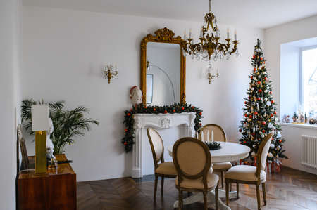 Feast of Christmas. Beautifully decorated house with a Christmas tree. Archivio Fotografico