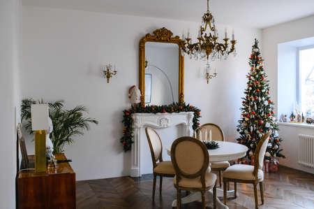 Weihnachtsfest. Schön dekoriertes Haus mit Weihnachtsbaum. Standard-Bild