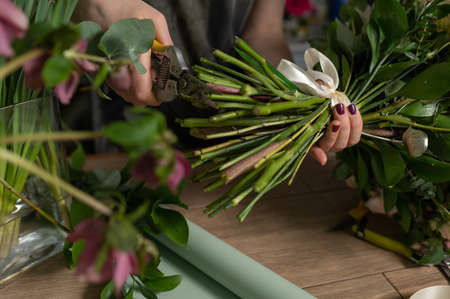 education in the school of floristry. Master class on making bouquets. Summer bouquet. Learning flower arranging, making beautiful bouquets with your own hands. Flowers delivery Banco de Imagens - 137890057