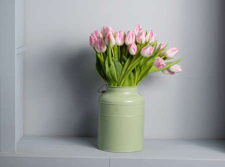 bouquet of Pink tulips in a floral shop Banco de Imagens - 137895414