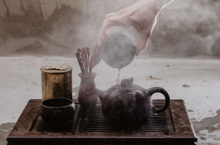 Cropped shot of woman pouring tea in traditional chinese teaware Banque d'images