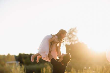 Fête des pères. Une fille de famille heureuse embrasse son père en vacances en plein air.