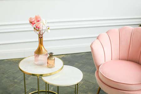 beautiful classical white interior with a sofa and a coffee table. Retro, classics. Luxury white interior Stockfoto