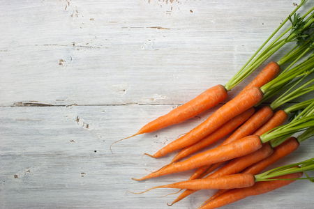 zanahoria: Zanahorias en el blanco de madera horizontal mesa Foto de archivo