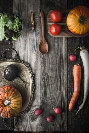 ensalada tomate: Mezcla de verduras con bandeja y utensilios de cocina vendimia vertical Foto de archivo