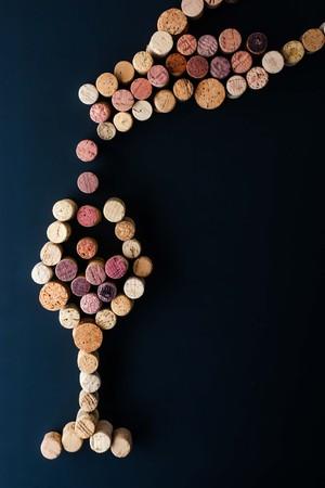 copa de vino: Llenar un vaso de vino de la botella hecha de corcho verticales