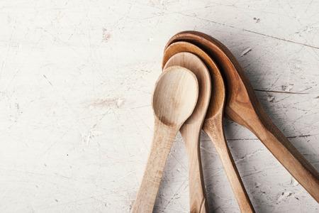 trompo de madera: cucharas de madera que figuran en la vieja mesa blanca