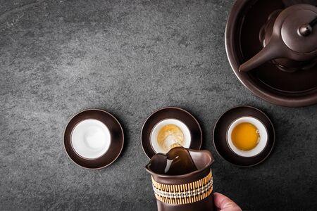Wasserkocher für Tee-Zeremonie auf einem grauen Steintisch horizontal