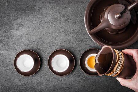 Kessel für Teezeremonie auf einer grauen Steintabelle horizontal