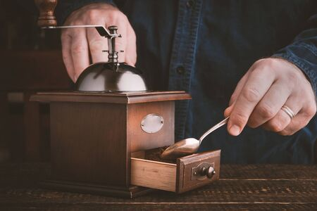 hombre tomando cafe: Sirva la fabricaci�n de caf� con horizontal molino de caf� Foto de archivo