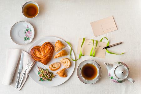 desayuno romantico: Romantic breakfast on the white table top view